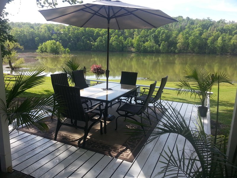 Lakehouse has a view like No Other and Easy Access, holiday rental in Rogers