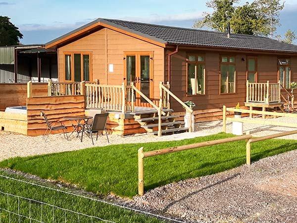 WHITEY TOP LODGE, stunning views, hot tub, open plan, near Damerham, Ref 948951, alquiler vacacional en Cranborne