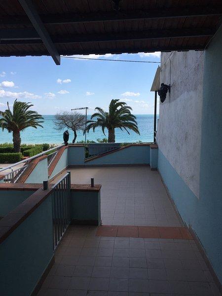 o apartamento está localizado a 30 metros do mar