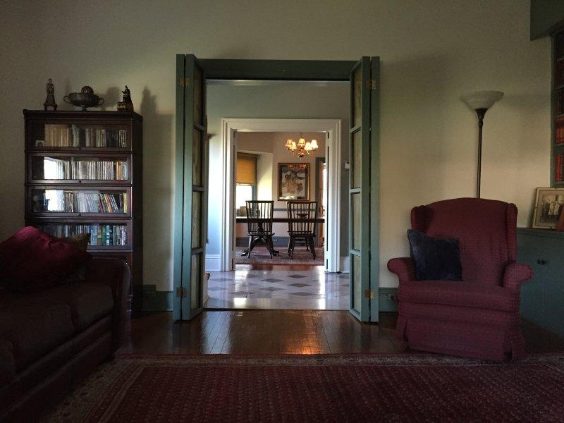Vista desde la sala de estar mirando a través de vestíbulo de entrada en el comedor.