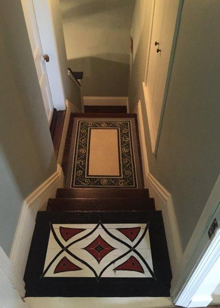 Vea abajo de la escalera desde el tercer piso.