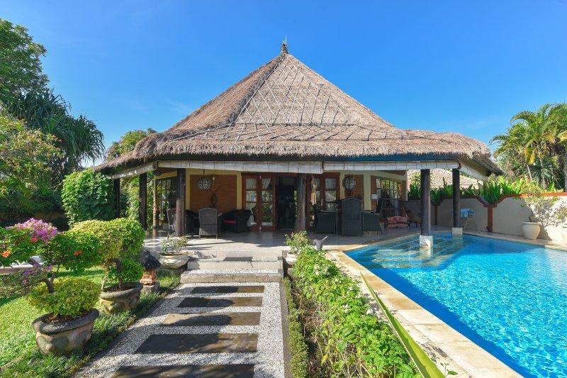 Villa Pelabuhan - Luxury Beachfront Villa, alquiler vacacional en Dencarik