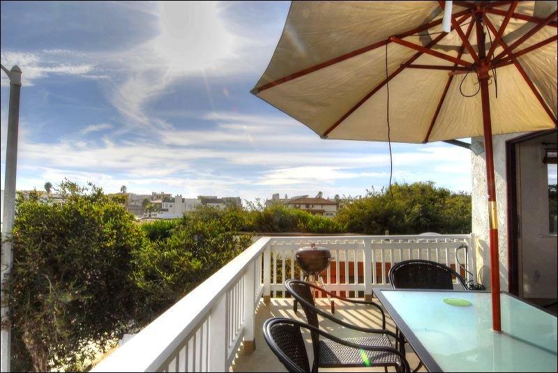 Balcony,Banister,Handrail,Deck,Porch