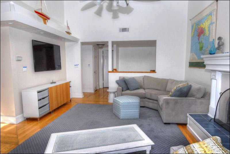 Couch,Furniture,Indoors,Room,Shelf