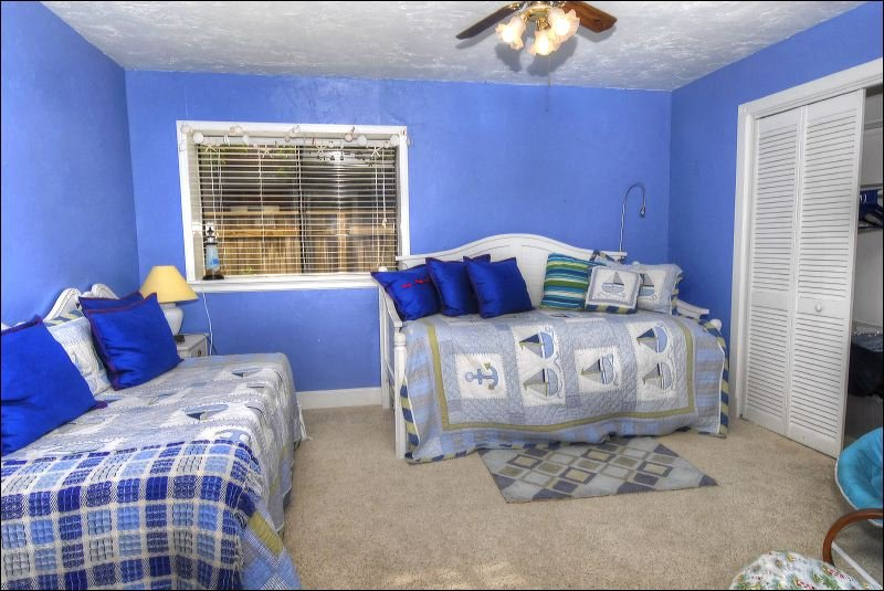 Bedroom,Indoors,Room,Couch,Furniture