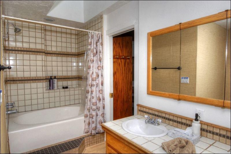 Jacuzzi,Tub,Bathroom,Indoors,Bench