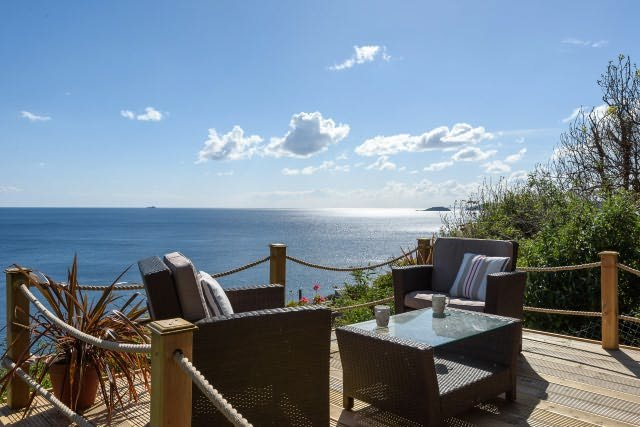 The Chalet - Little bungalow with superb sea views and sunny patio area., Ferienwohnung in Looe
