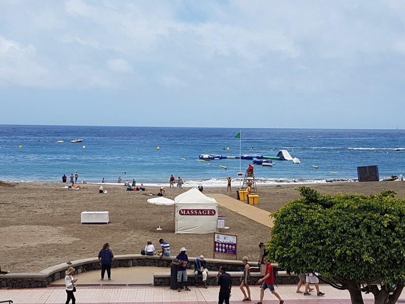 vue sur la plage. Photo du balcon