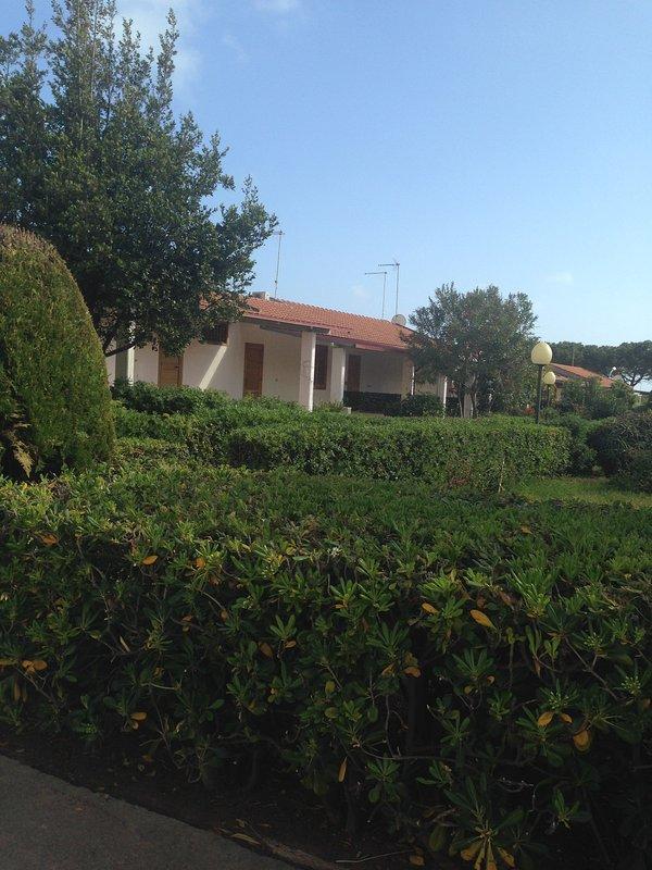 Deliziosa villetta immersa in un curatissimo residence a 50 mt. dal mare nella terra di Montalbano