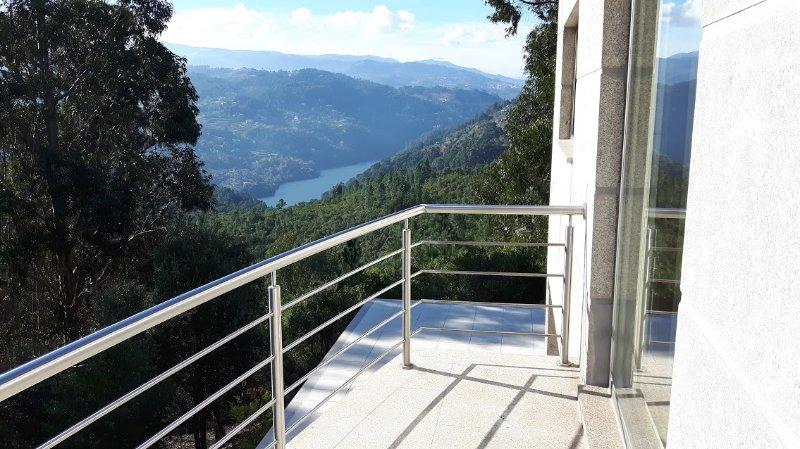 Casa Douro Terrace - River Views 60' from Porto, casa vacanza a Resende