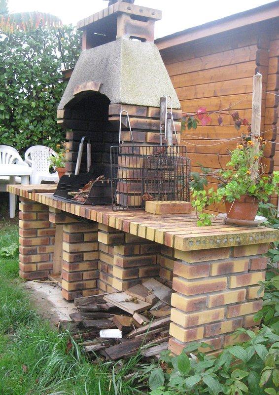 Barbecue à disposition des vacanciers dans jardin familial.