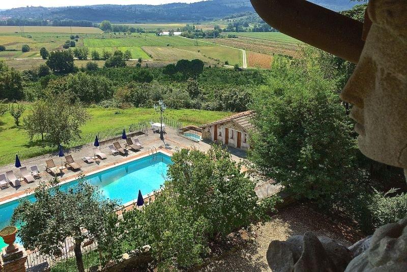 Monte San Savino Villa Sleeps 18 with Pool Air Con and WiFi - 5218208, aluguéis de temporada em Monte San Savino
