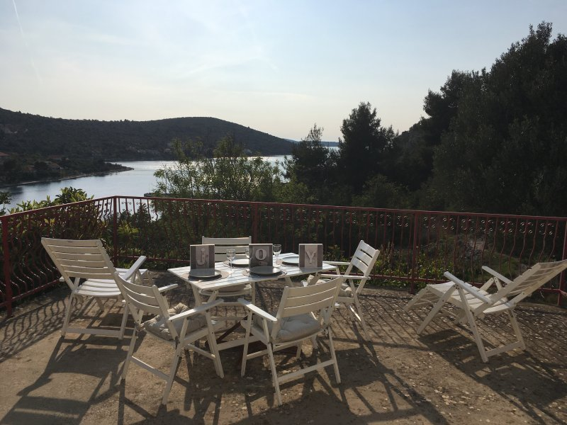 Spacious quiet house & amazing see view in paradise island near trogir – semesterbostad i Veliki Drvenik