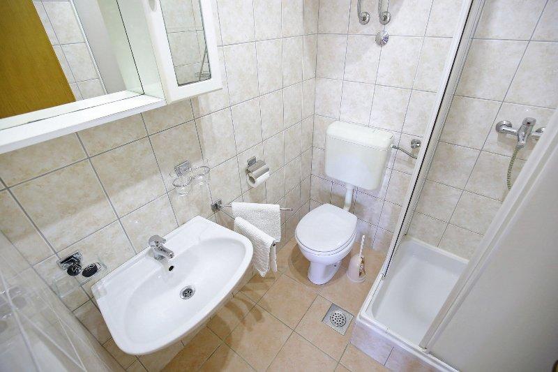 A2(4+2): bathroom with toilet