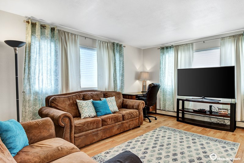 "Sleeper soffa, Arbetsbord, 60"" Smart TV!"