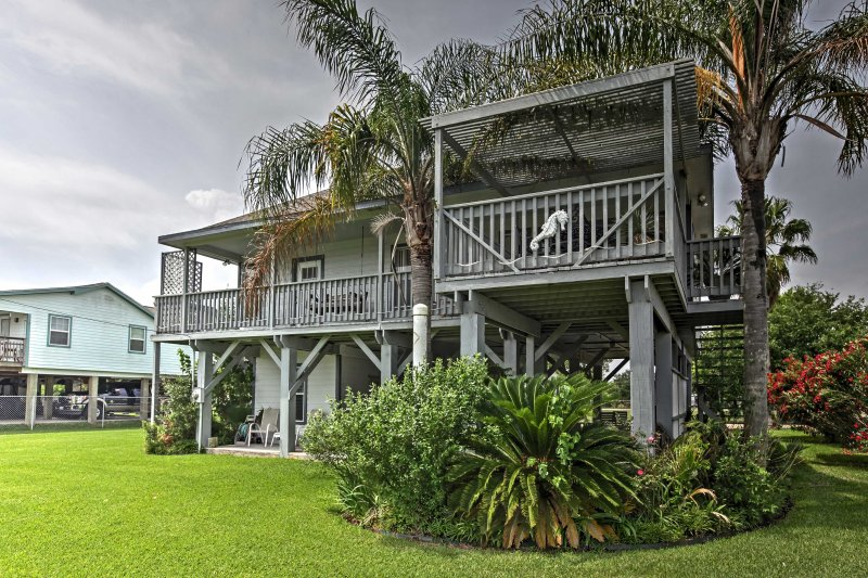 Enjoy the waters of San Leon from this spacious 2-bedroom, 2.5-bathroom vacation rental house!
