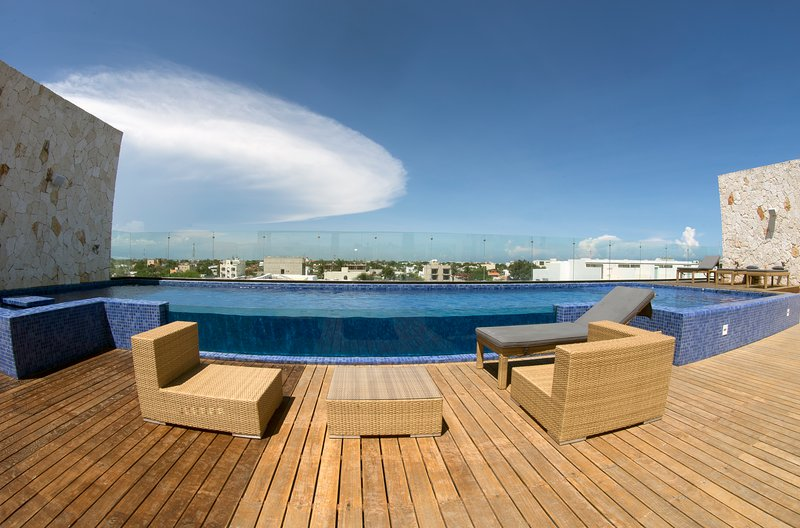 Roof Garden with Pool, BBQ, showers, jacuzzi