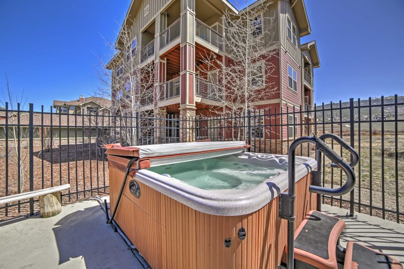 Take your Rocky Mountain National Park adventure to the next level in this 3-bedroom, 2-bathroom vacation rental condo with 1,300 square-feet of well-appointed living space and sleeping accommodations for 8.