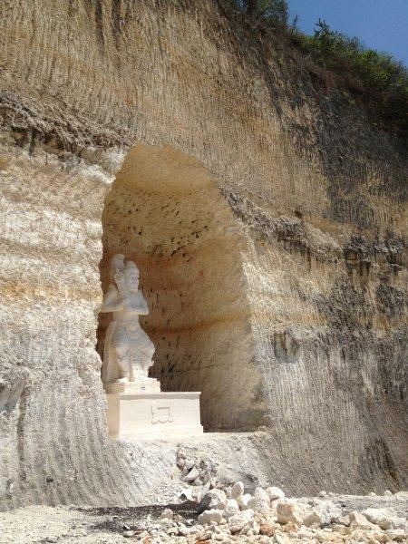 Pandawa plage avec ses sculptures étonnantes dans les immenses murs de calcaire