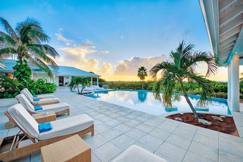 ENCORE... a fabulous contemporary villa with 6 huge master suites..., vacation rental in Saint-Martin