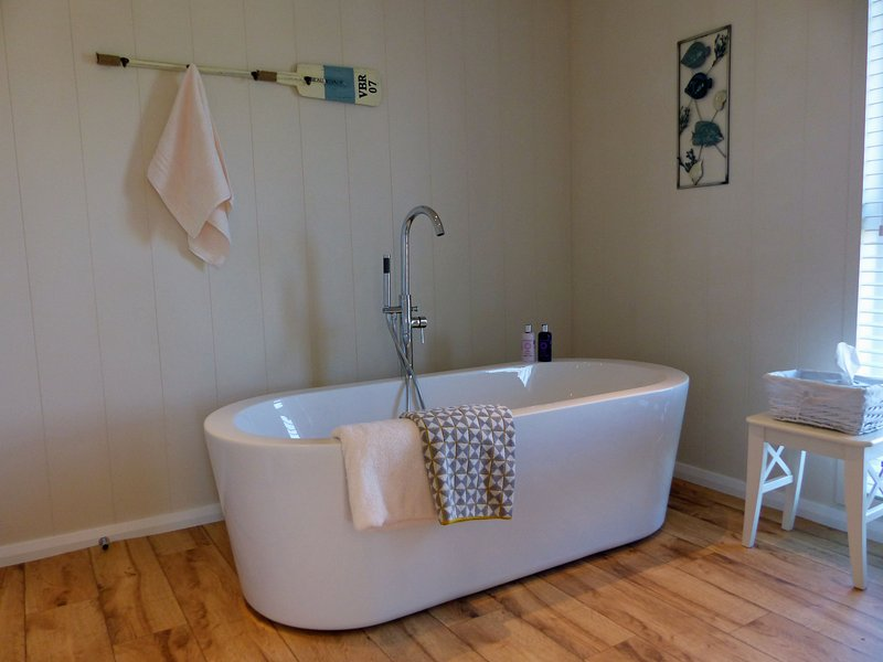 Ash LODGE, Bridgnorth, luxury for two people with en suite and hot tub, vacation rental in Cleobury Mortimer