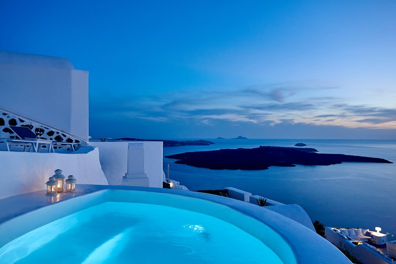 Nautilus, 3 bedroom character  villa with outdoors jacuzzi and amazing sea views, holiday rental in Firostefani