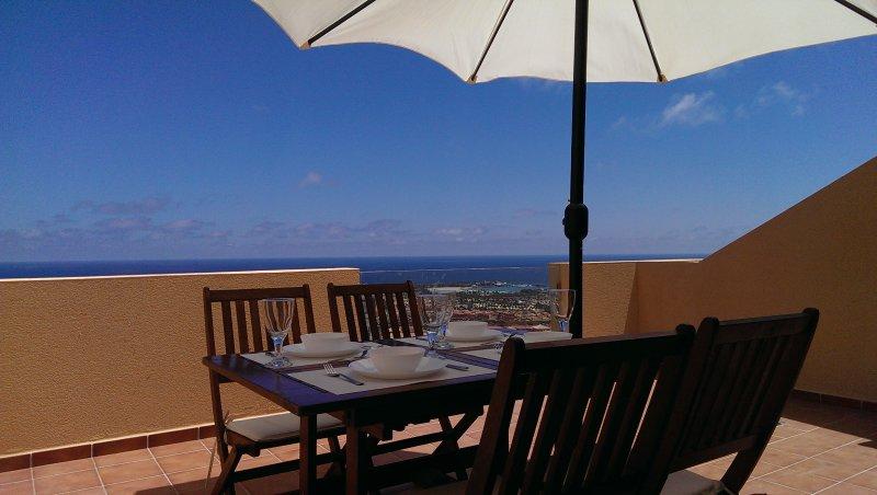 This stunning 2 bedroom duplex has magnificent views over the ocean, alquiler de vacaciones en Fuerteventura