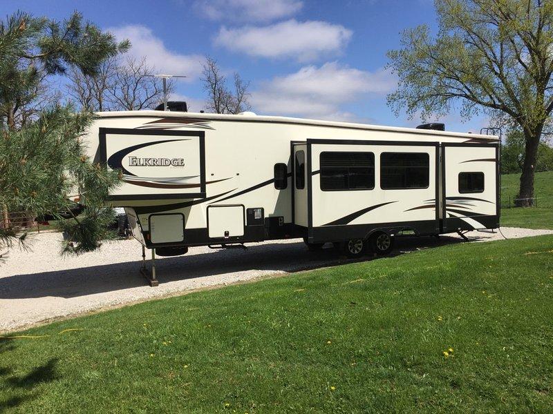 College World Series Fifth Wheel Camper at Wilson Island!!, casa vacanza a Missouri Valley