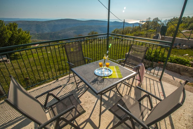 COUNTRY HOUSE KSENIJA –PEACE AND NATURE CLOSE TO SPLIT, vacation rental in Kotlenice