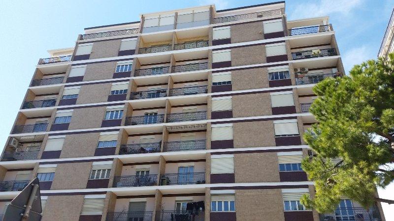 O edifício que abriga o apartamento