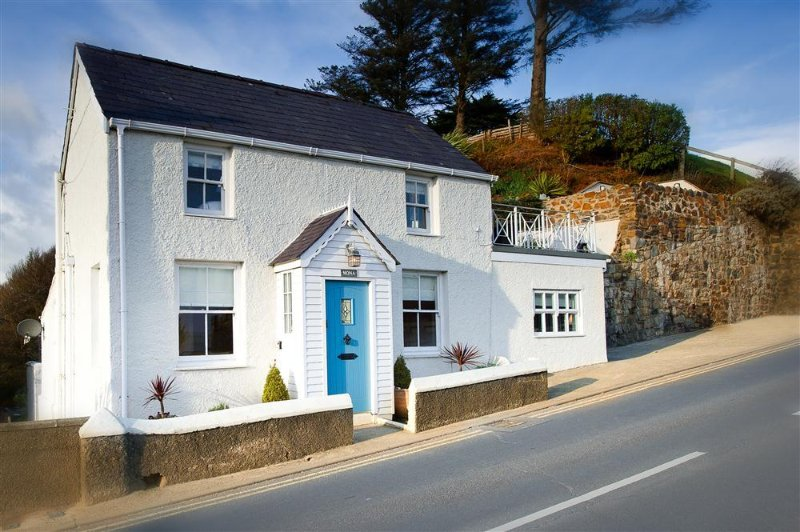 Mona: Detached cottage opposite Abersoch Harbour Beach with superb views(MONAXX), aluguéis de temporada em Abersoch