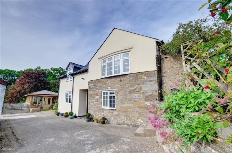This attractive cottage is just a mile outside the market town of Welshpool, with lovely views over surrounding countryside