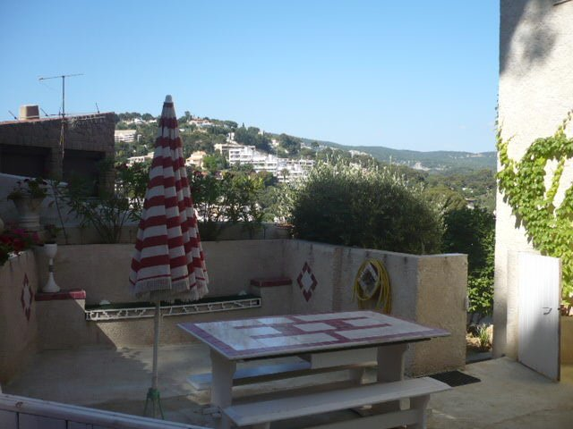 At 200 meters from the port and beaches beautiful T2 + parking + terrace / garden 4personnes