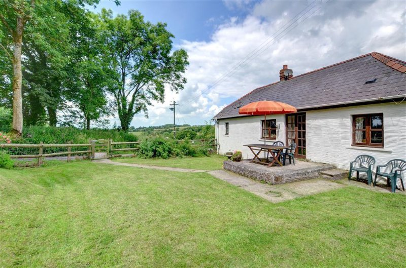 This single storey cottage adjoins the owners' farmhouse on their 40 acre working farm