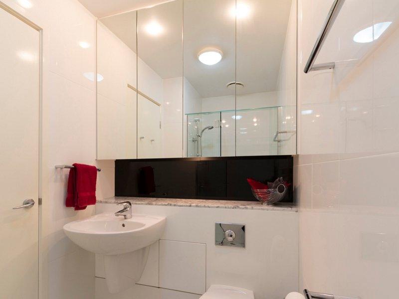 Marmor och granit i både badrum och pulver rum med tvätt och Miele vitvaror,