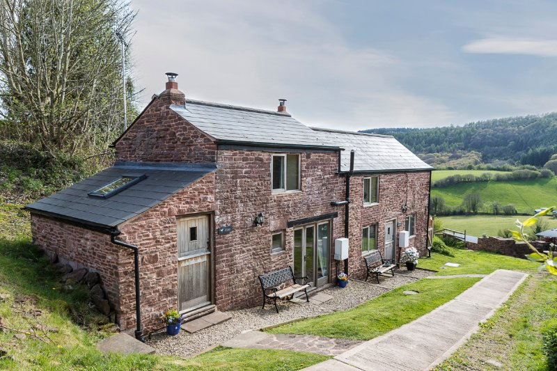 Robin Cottage; with stunning views, wood burner and its own bird hide, casa vacanza a Forest of Dean