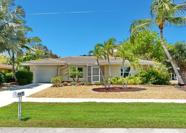 Cozy house w/ sunroom, heated pool, hot tub & short walk to beach, vacation rental in Marco Island