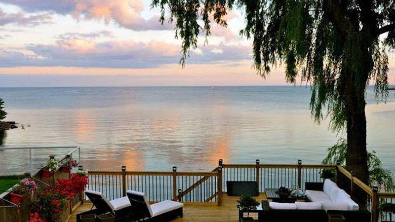 Hinterhof Paradies. Entspannen Sie bei einem Glas Wein und genießen Sie die spektakuläre Gelassenheit des Blicks aufs Wasser.
