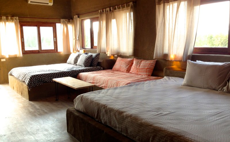 Family room for 5 guest with 1 King bed & 3 single beds (extra bed optional), vacation rental in Pranburi