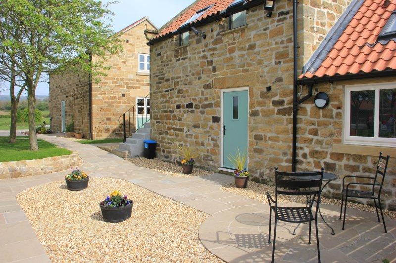 Eingang zum Granary und Terrasse draußen.