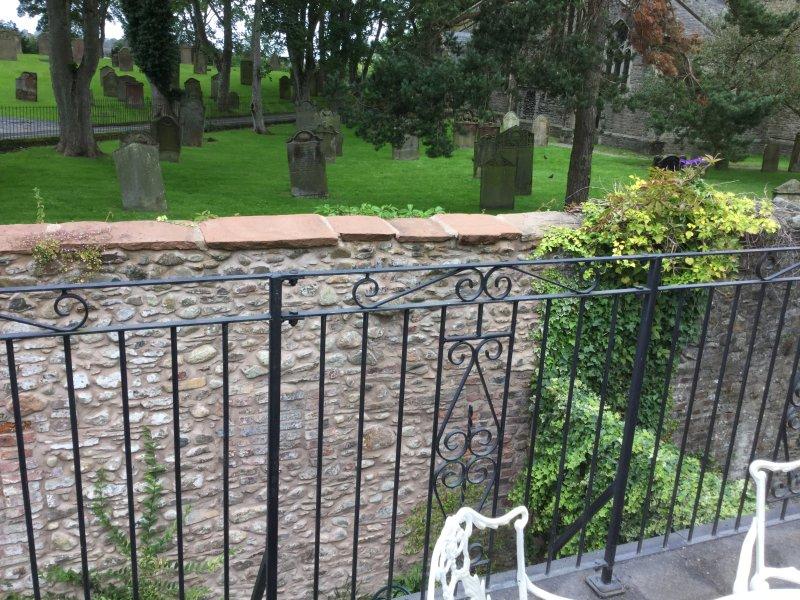 La terrasse donnant sur le cimetière à l'arrière