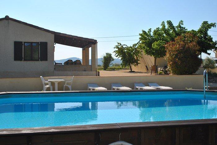 Le Soleil Souriant : gîtes avec piscine sud Ardèche Banne, aluguéis de temporada em Berrias et Castejau