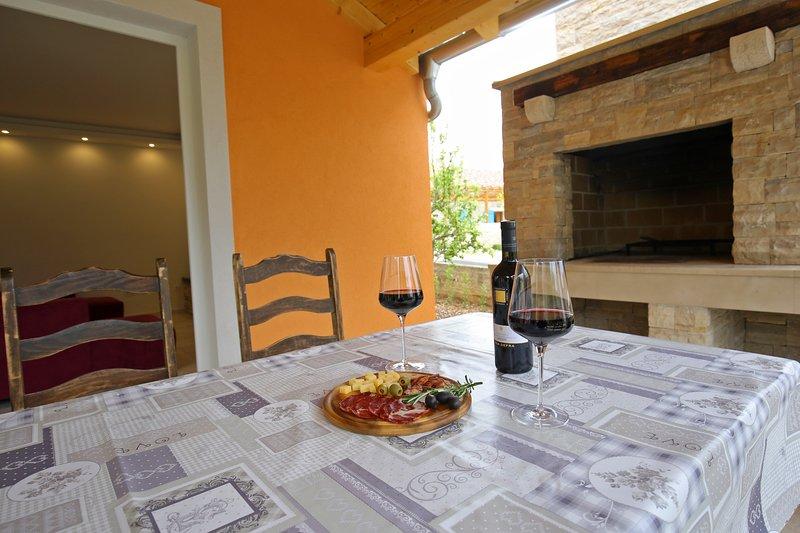 The beautiful Dalmatian villa in a quiet area 100 meters from the beach, aluguéis de temporada em Sukosan