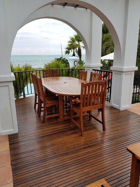 mesa de comedor balcón con hermosa vista