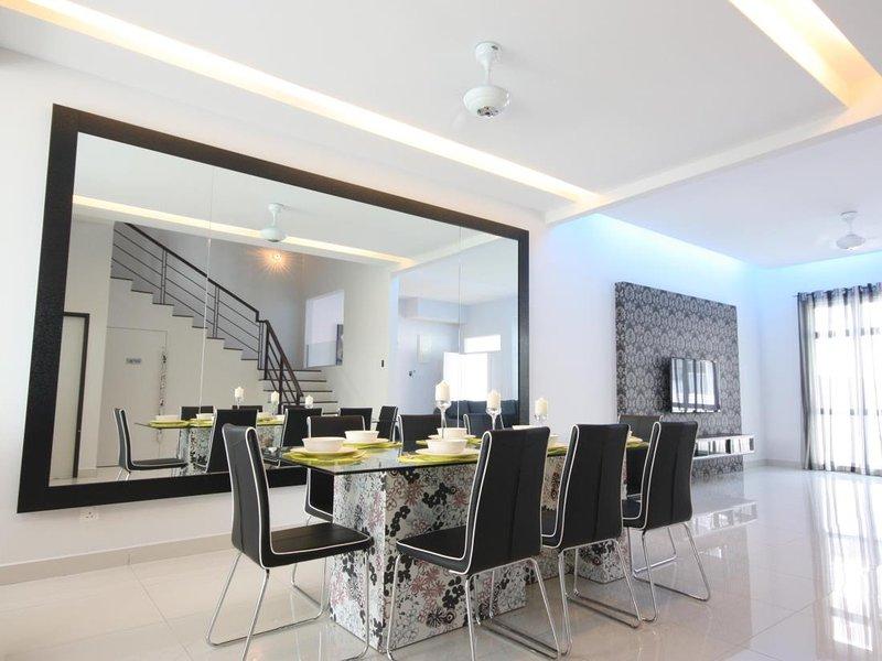 6 Bedrooms Seaview Shamrock Beach Villa, holiday rental in Batu Ferringhi