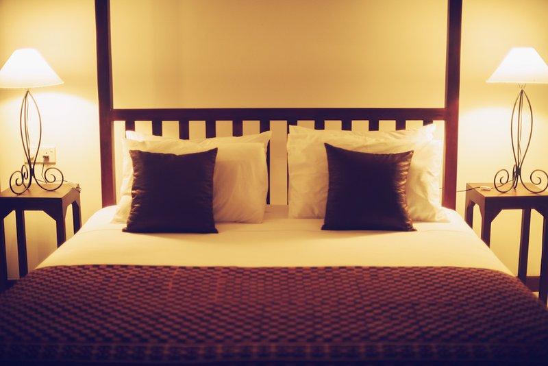 arredate con gusto camera da letto matrimoniale con vista sulla spiaggia di sabbia di Tangalle