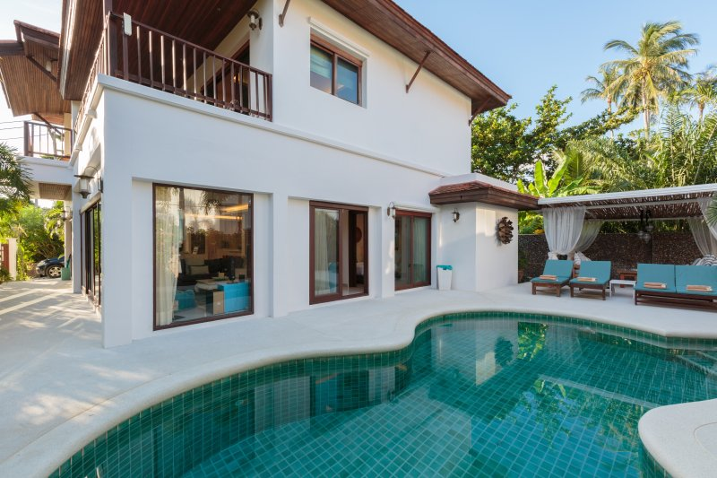 Private pool villa steps from the beach, vacation rental in Laem Set