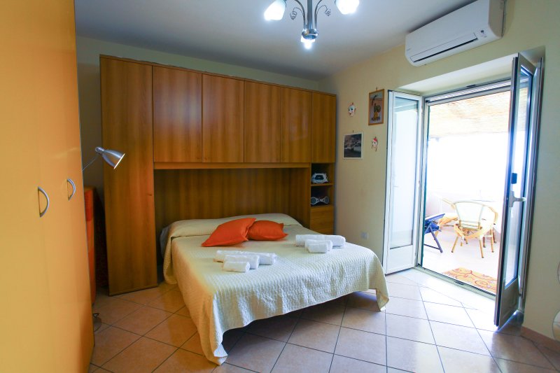 Bedroom with sea view balcony, air conditioning, wifi