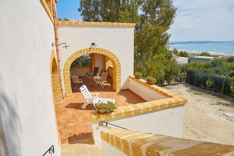 New and stylish apartment in Villa on the sea, holiday rental in Porto Palo