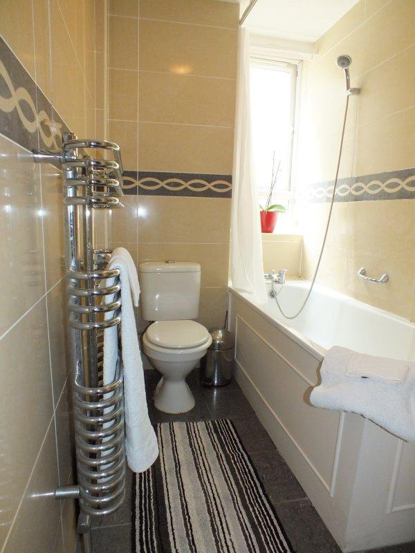 Family Bathroom with shower over the bath, w/c and handbasin